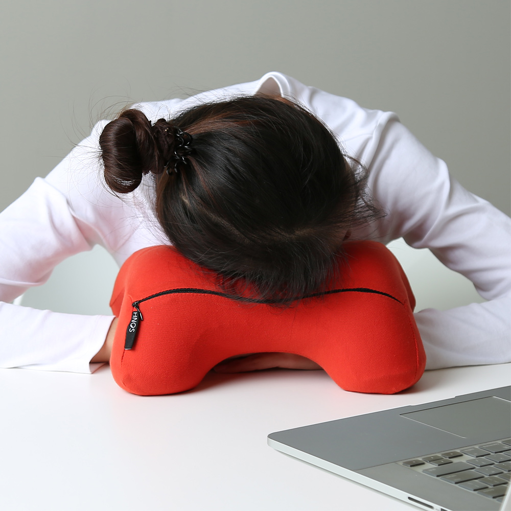 【米夢家居】午睡防手麻-多功能記憶趴睡枕/飛機旅行車用護頸凹槽枕-1入